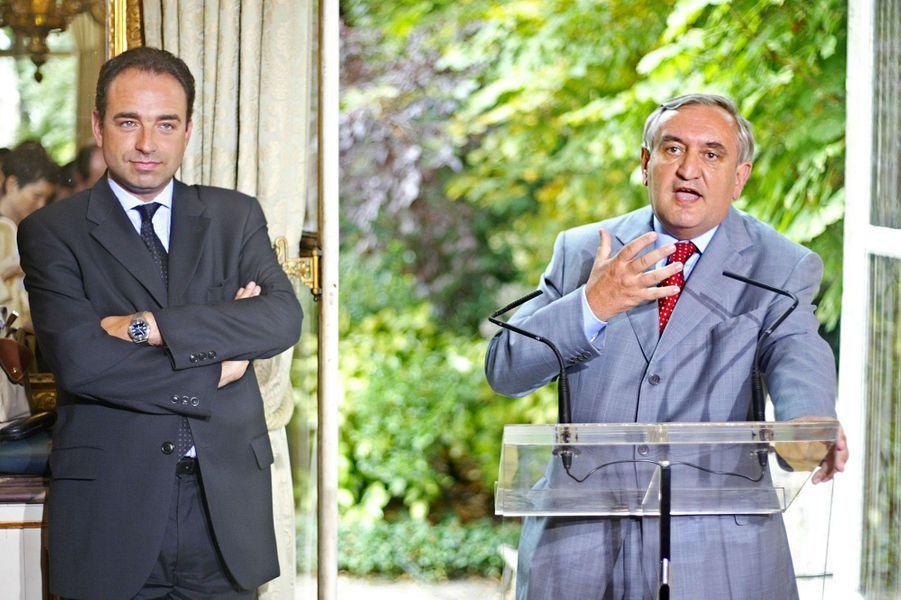 En juillet 2002, secrétaire d'Etat aux Relations avec le Parlement et porte-parole du gouvernement Raffarin.