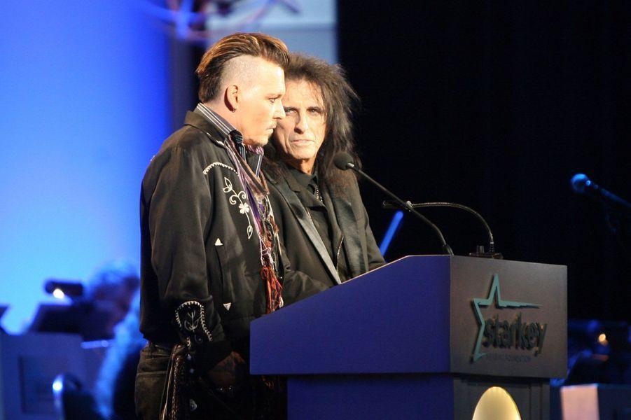 Alice Copper et Johnny Depp sur la scène du gala organisé par l'association Starkey Hearing