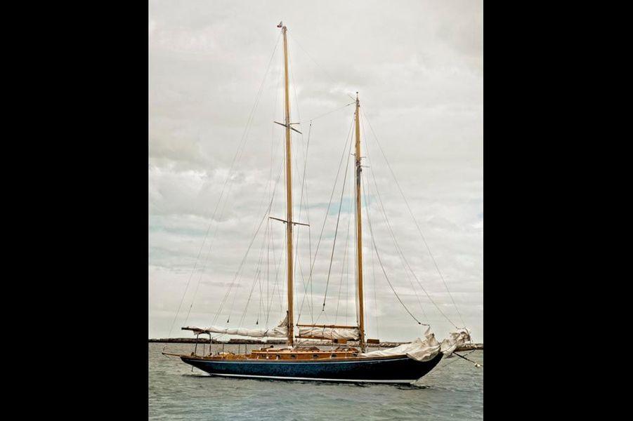 Le « Mya », un schooner en bois de 15 mètres, construit en 1940, à bord duquel Ted Kennedy remporta plusieurs régates.