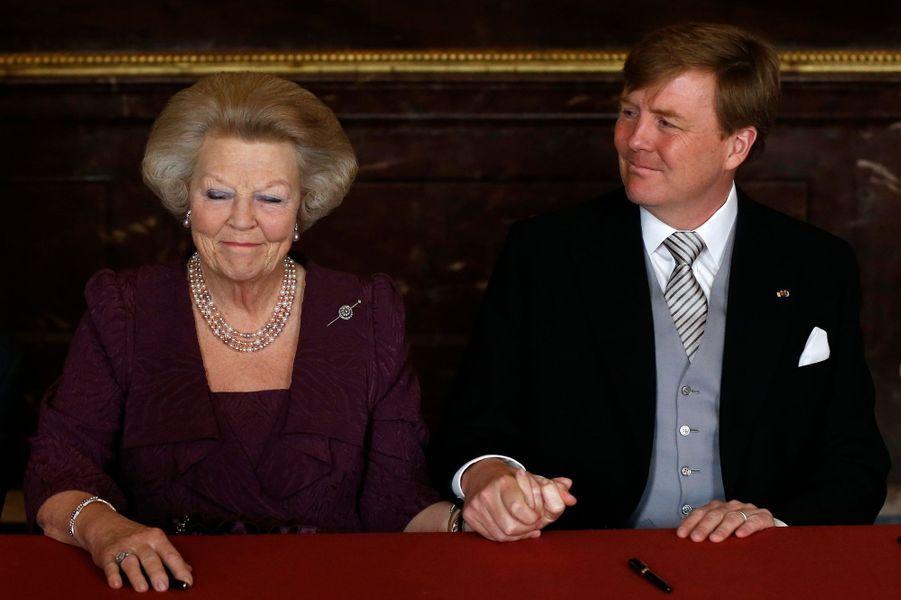 Après 33 années de bons et loyaux services, la reine Beatrix a laissé le trône des Pays-Bas - comme l'avait fait avant elle sa mère et sa grand-mère - à son héritier, son fils Willem-Alexander. La passation de pouvoir a eu lieu le 30 avril.A lire : Pays-Bas : la reine a abdiqué, vive le roi !