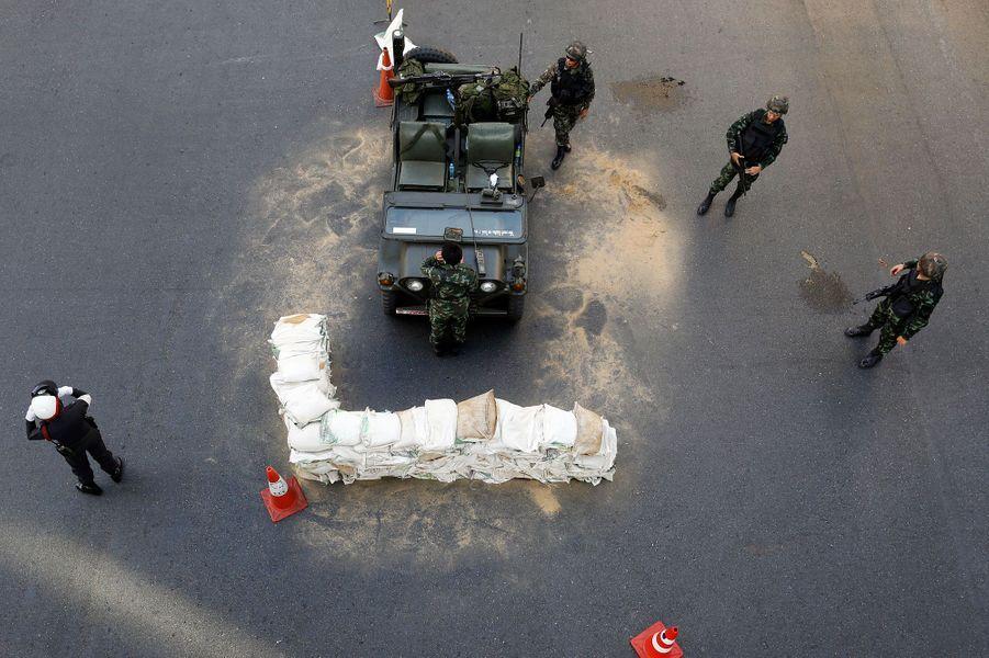 Des soldats font régner l'ordre dans les rues de Bangkok