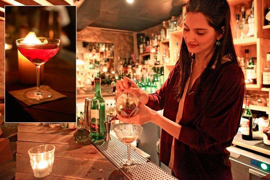 Beauté glacée tout droit sortie d'un film de Luis Buñuel, Carina Soto Velasquez est une Colombienne de 28 ans qui ne laisse pas indiférent. Venue à Paris, il y a dix ans, pour des études de marketing, cette jeune femme s'est prise de passion pour l'univers du cocktail et a créé son bar en 2011. En 2013, le Candelaria a été élu neuvième meilleur bar à cocktails du monde. L'ambiance y est typiquement sud-américaine et l'on peut déguster des tacos au guacamole toute la journée. Les sirops d'orgeat et d'ananas sont faits maison. Souvent accompagnés de piment et parfumés au gingembre, les cocktails impressionnent par leur puissance et leur caractère. On conseillera le très sec et corsé Nine Sky à base de mescal, amontillado, Bénédictine et absinthe. Loué comme l'âme du Mexique, le mescal apporte de très intéressantes notes fumées au breuvage. 12 euros. Candelaria, 52, rue de Saintonge, Paris, IIIe. Tél. : 01 42 74 41 28.