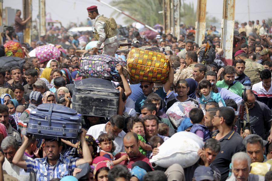 Des milliers de personnes ont fui la ville de Ramadi, chef-lieu de la province irakienne d'Al-Anbar, où les forces gouvernementales ont lancé une offensive pour reprendre la ville au groupe Etat islamique. Selon le ministère irakien de l'Intérieur, 1800 familles récemment déplacées de la province d'Al-Anbar sont arrivées à Bagdad. Ce sont plus de 4250 familles qui ont quitté leurs foyers à Ramadi depuis le début du mois, fuyant la violence de la ville irakienne, affirme un communiqué du bureau des Affaires humanitaires des Nations unies (Ocha).Les troupes irakiennes soutenues par des forces paramilitaires venaient de reprendre à l'Etat Islamique (EI) la majorité de la province de Salaheddine (au nord) y compris sa capitale Tikrit le 31 mars. Les combats se concentrent actuellement autour de Ramadi, ville qui se situe à une centaine de kilomètres à l'ouest de Bagdad, et dans le secteur de Garma, plus à l'est. Ramadi reste en grande partie aux mains de l'EI, qui contrôle aussi la totalité de la ville de Fallouja sur la route vers la capitale.Les forces gouvernementales, qui contrôlaient seulement des petites poches dans le centre de la ville de Ramadi et quelques secteurs voisins, ont lancé l'attaque avant de perdre plus de terrain face à une féroce contre-attaque des jihadistes. Au début du mois d'avril 2015, le Premier ministre Haider al-Abadi avait annoncé que «la prochaine bataille serait celle de la libération totale» d'Al-Anbar, province aride traversée par le fleuve Euphrate et qui s'étend du gouvernorat de Bagdad à l'est jusqu'aux frontières syrienne, saoudienne et jordanienne.Des experts estiment irréaliste la tentative des forces gouvernementales irakiennes, en cours de restructuration, de reprendre Al-Anbar, où les jihadistes sont bien implantés.L'Organisation internationale des migrations (OIM) estime à 2,7 millions le nombre de personnes déplacées en Irak.Une grande partie de ces déplacés proviennent de la province d'Al-Anbar, où des combats entre forces 