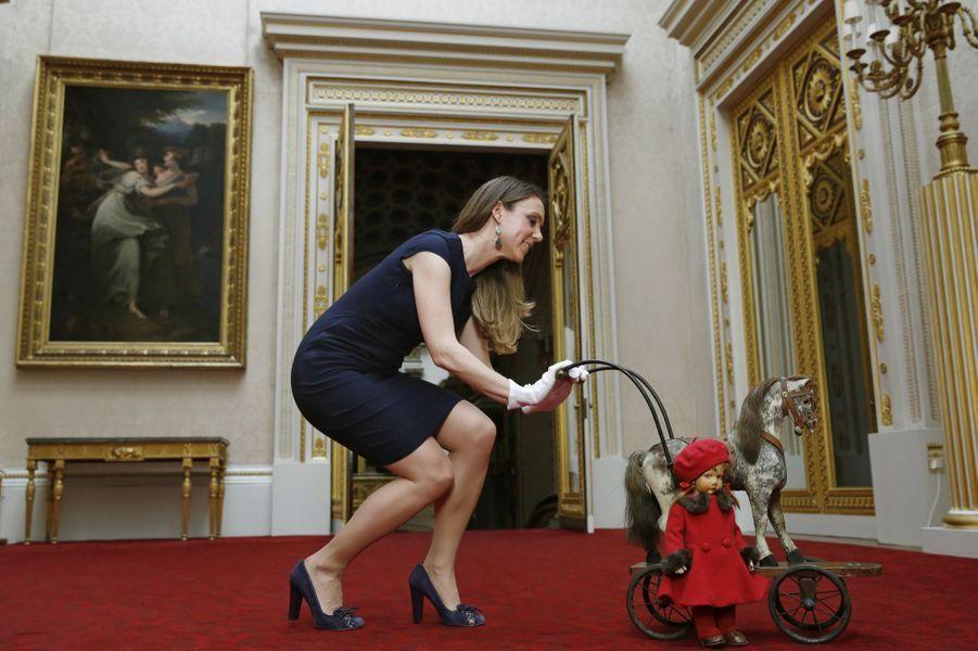 Un cheval de bois et une poupée de la reine Elizabeth