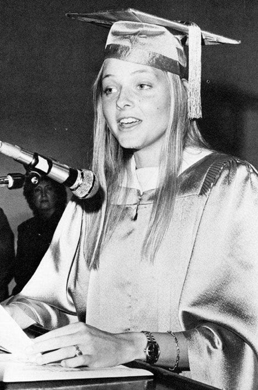 Jodie Foster a souhaité terminer ses études. Elle est diplômée et fait un discours au Lycée Français de Los Angeles. Elle a 19 ans.
