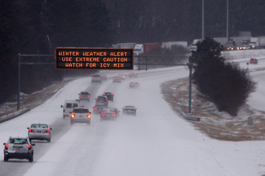 La neige sème la pagaille sur les routes