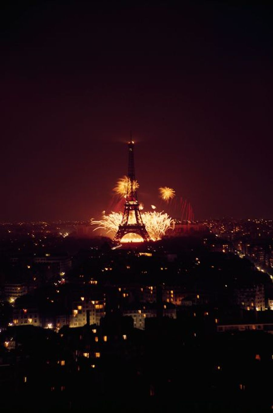 Feu d'artifice sur la Tour Eiffel, le 8 Mai 1965