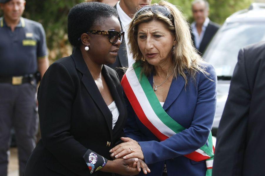 La ministre italienne de l'Intégration,Cecile Kyenge ( à gauche) s'est rendue sur place et a rencontré Giusi Nicolini, la maire de Lampedusa, en colère après ce nouveau drame qui touche son île.