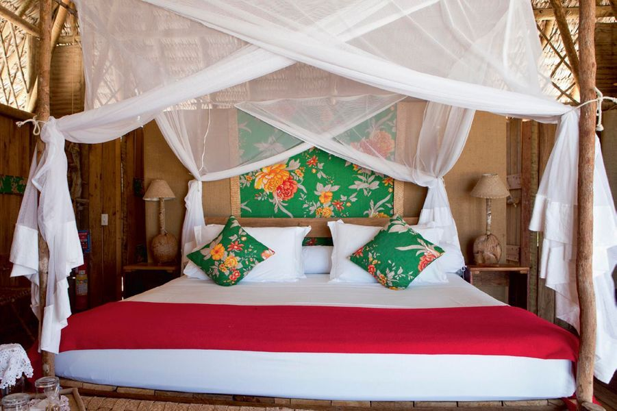 Dans le Nordeste (ça bouge !), à quatre heures de route de Fortaleza, sur l'un des meilleurs spots de kite et de planche à voile. Pour la petite histoire, c'est une bande de copains windsurfers qui ont repéré l'endroit et confié la construction du Rancho Do Peixe à un architecte renommé. L'ambiance. De vastes bungalows (80 m2) en bois et toit de palme, avec terrasse et hamac. Le confort y est étonnamment sophistiqué : draps de lin, têtes de lit colorées, mobilier en jacinthe d'eau, grande piscine, Internet haut débit. Retiré mais toujours connecté… On aime. Planter une paille dans une noix de coco sur la plage au coucher du soleil ; se balader à cheval le long de la côte déserte ; surfer… planer ! A partir de 60 euros * chez Terre Brésil. Forfait depuis Paris : 1 655 euros (6 nuits, vols et transferts). Terre-bresil.com.