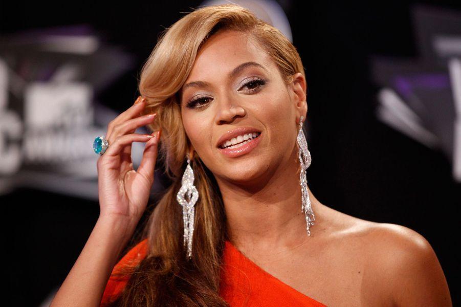 Après une année sabbatique pour s'occuper de sa fille, Beyoncé a fait un retour remarqué sur le devant de la scène. Sa tournée, «MrsCarter World Tour», lui a permis d'amasser 53 millions de dollars et de la propulser à la quatrième place du classement.