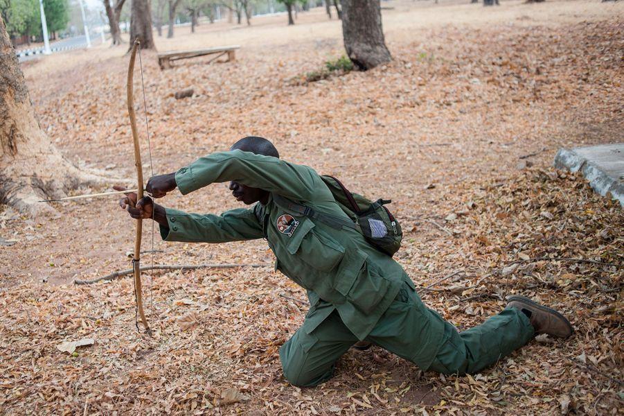 Hashumu Abdullahi, ranger dans le parc national de Yankari (Nigéria), fabrique des armes pour traquer les braconniers