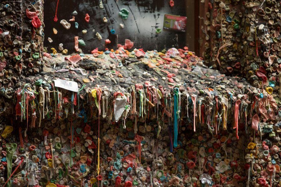 Le Gum Wall en plein nettoyage.