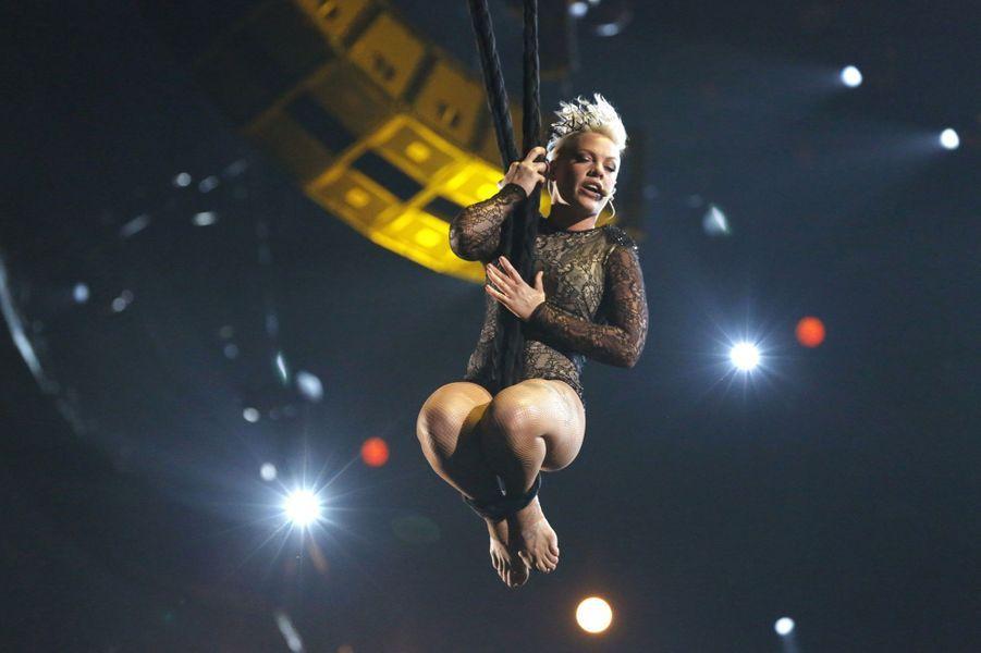 Elle s'est envolée pour une reprise acrobatique de «Try».