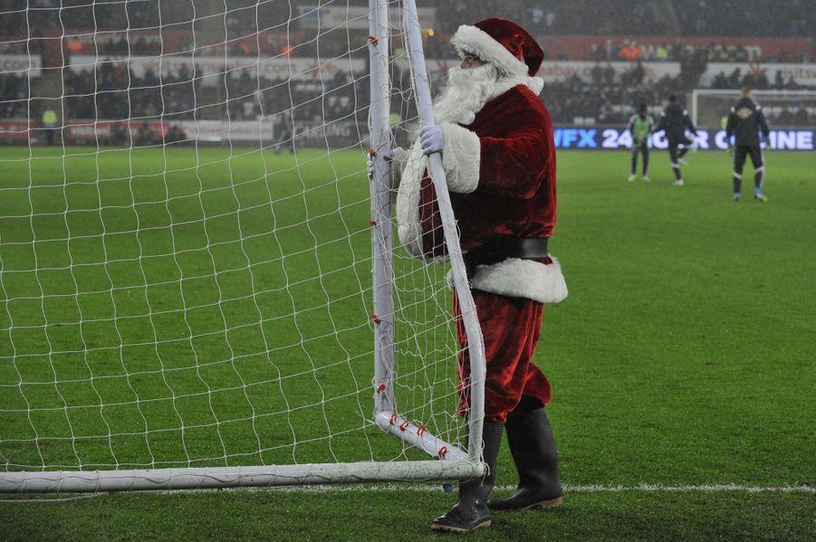 A la mi-temps du match entreTottenham etSwansea, le Père Noël met la main à la pâte.