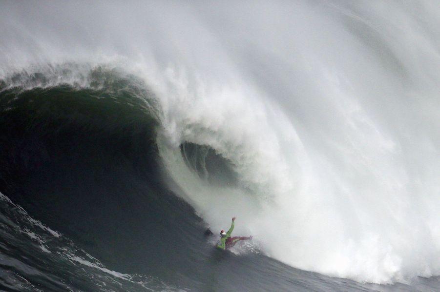 A Nazaré, sur la côte du centre du Portugal, cette immense vague a eu raison du surfeur Garrett McNamara.Voir aussi :La vague de Nazaré, monstre des mers