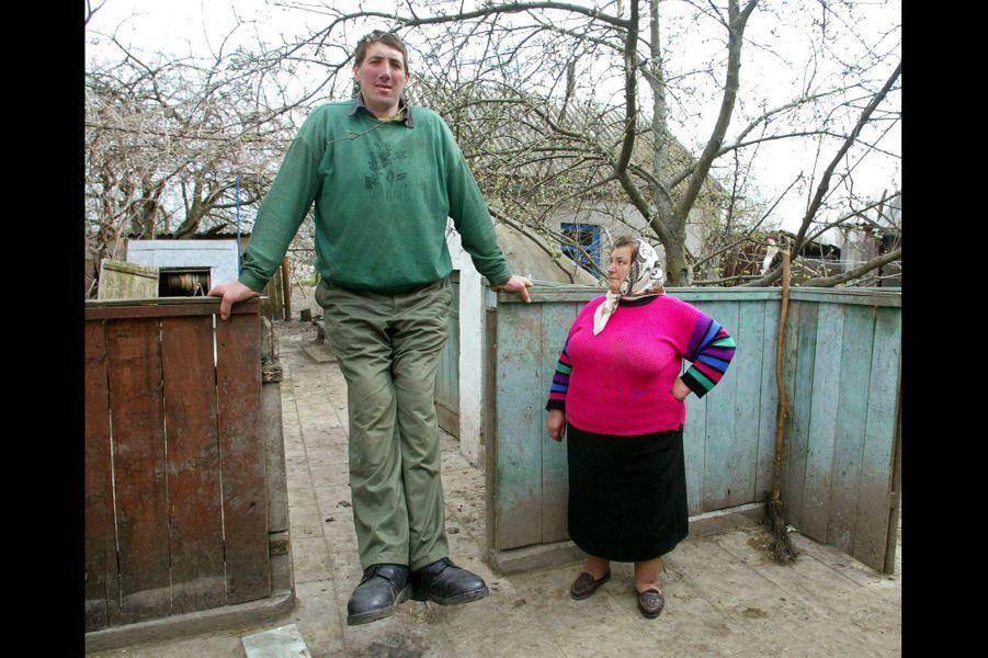 En avril 2004, Leonid Stadnyk posait avec sa mère Olena dans leur village de Podoliantsy