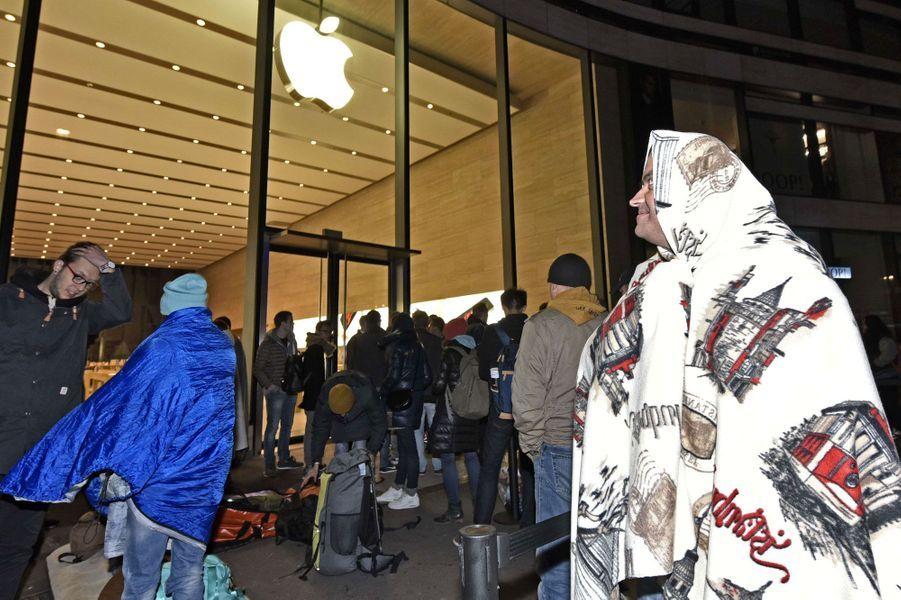 Les longues heures d'attentes avant l'ouverture de l'Apple Store.