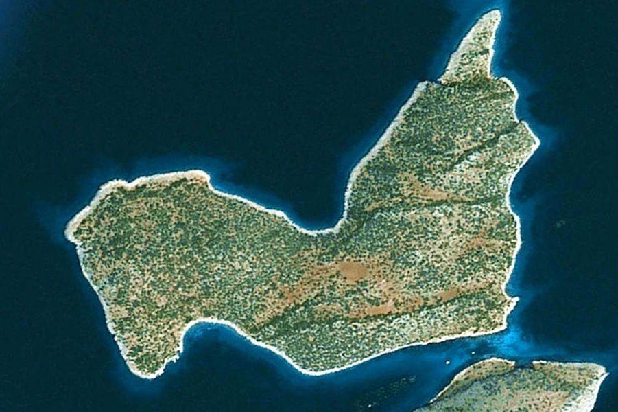 Localisation: dans le Golfe de SaronicosDéveloppement: pas développéTaille: 121 hectaresL'île Saint Thomas est jumelle avec deux autres îles dans la chaîne Diapori qui se trouve dans le golfe Saronique, une zone de la Grèce antique. De l'île, il faut 20 minutes de bateau pour relier Corinthe et 45 minutes pour atteindre Athènes. Néanmoins, de petites villes comme Korfos sont accessibles rapidement.