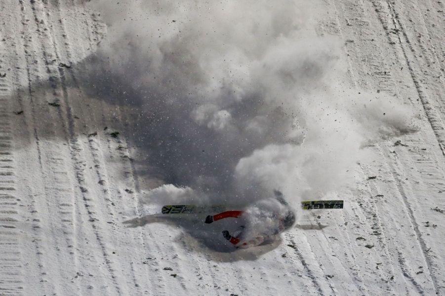 Chute impressionnante du suisse Simon Ammann lors d'un tournoi de saut à ski à Oberstdorf, en Allemagne.