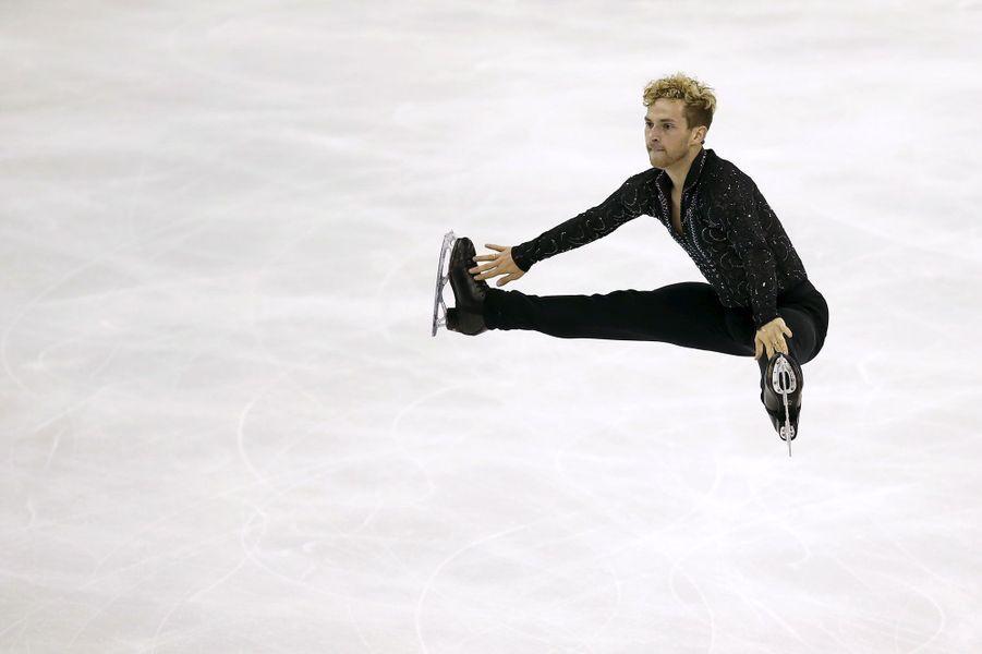 Démonstration de souplesse par l'Américain Adam Rippon aux Mondiaux de patinage à Shanghai.