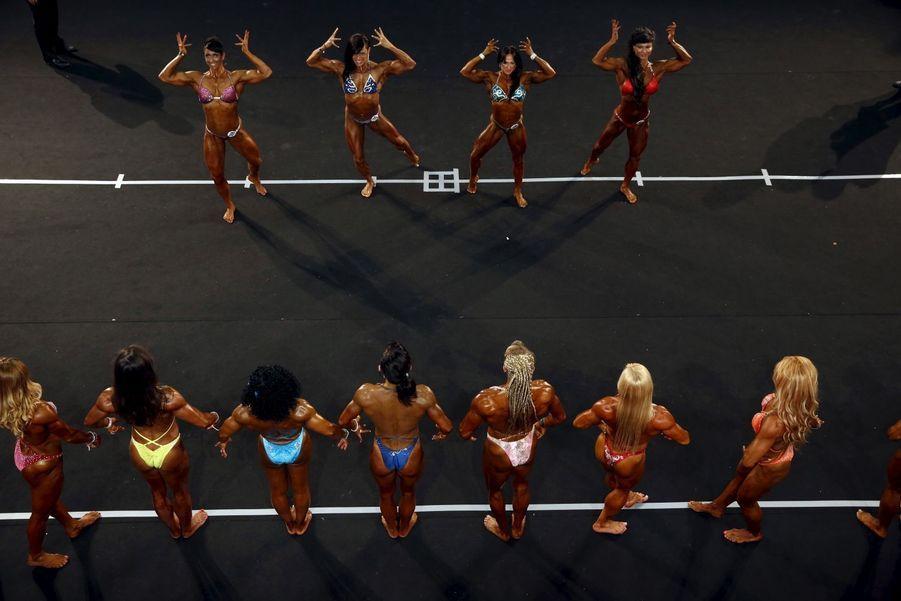 Démonstration de muscles à Madrid pour le Arnold Classic Europe bodybuilding.