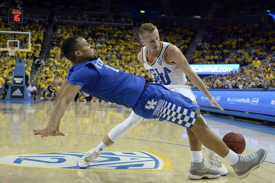 Bryce Alford (Bruins d'UCLA) affronte Isaiah BriscoedesWildcats duKentucky.