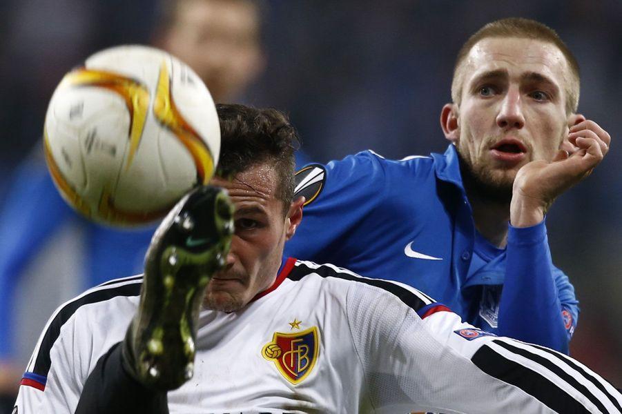 Duel entre Szymon Pawlowski (en bleu)et Taulant Xhaka lors du matchLech Poznan -Basel.