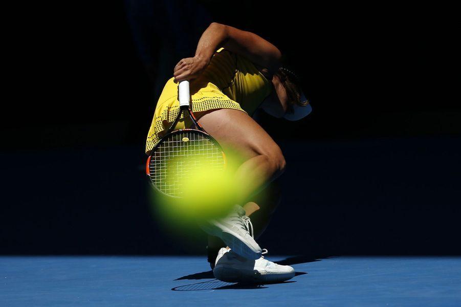La joueuse tchèque Barbora Strycova chute lors de sa rencontre face à Victoria Azarenka, à Melbourne.