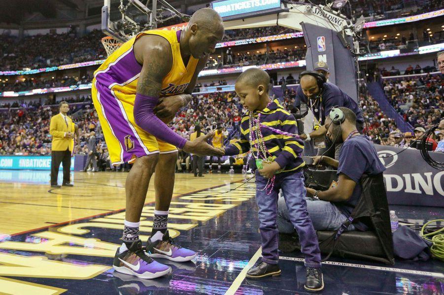 Kobe Bryant à la rencontre deJacoby Jones Jr , petit garçon de trois ans, lors du match entre les Lakers de Los Angeles et les Pélicans deNew Orleans.