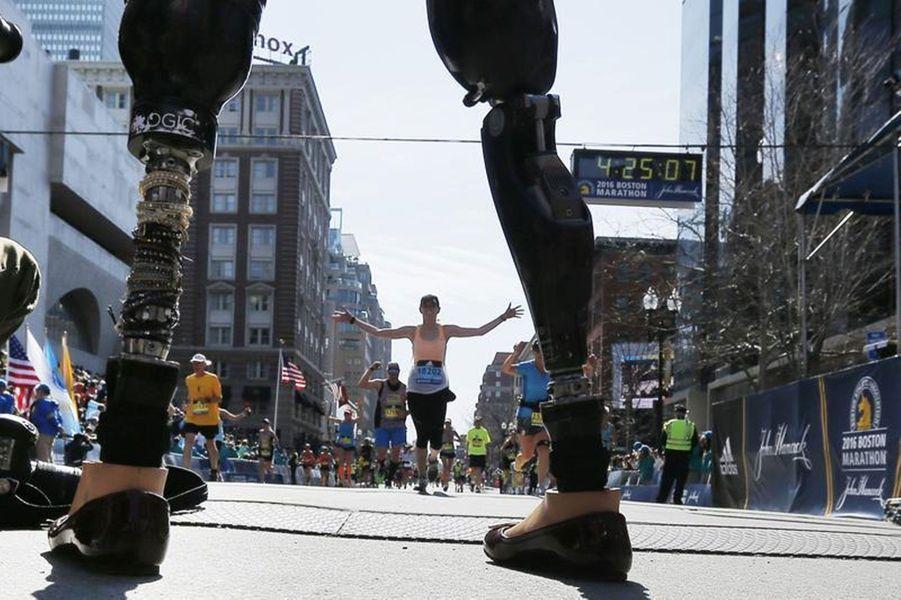 Celeste Corcoran, qui a perdu ses jambes lors de l'attentat du marathon de Boston, accueille ceux qui finissent la course cette année.
