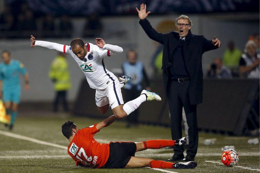 Sous les yeux du coach Laurent Blanc, Lucas chute face à Walid Mesloublors de PSG-Lorient.