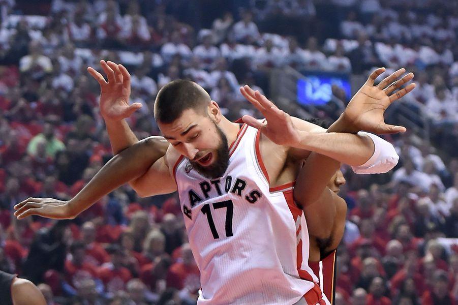 Duel entre Jonas Valanciunas (Raptors de Toronto) et Hassan Whiteside (Heat deMiami) lors des Playoffs.