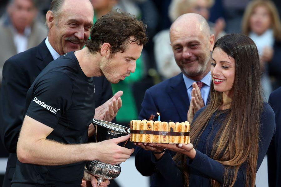 Pour son anniversaire, Andy Murray a eu le droit à un gâteau et une victoire. Il a gagné le Masters 1000 de Rome face àNovak Djokovic.