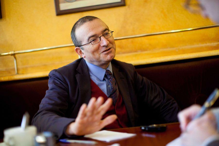 Très myope, le député UMP ne se sépare jamais de ses lunettes à verres spéciaux du créateur français Beausoleil. Choisies, souligne-t-il, chez «son opticien de quartier».
