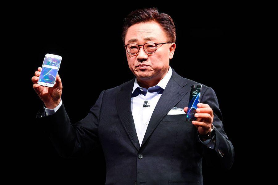 Le directeur de la communication de Samsung DJ Koh présente les nouveaux S7 et S7 Edge.