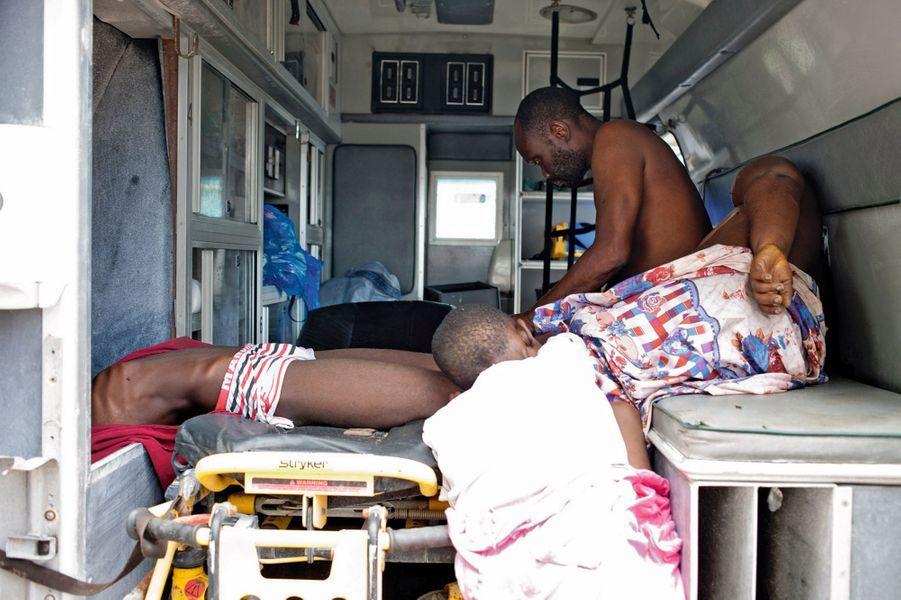 Dans l'ambulance, quatre personnes agonisent. Nul ne peut s'occuper d'elles.