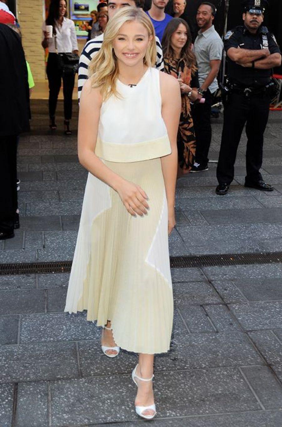 """Chloë Moretz en Proenza Schouler sur le plateau de """"Good Morning America"""", en août 2014"""