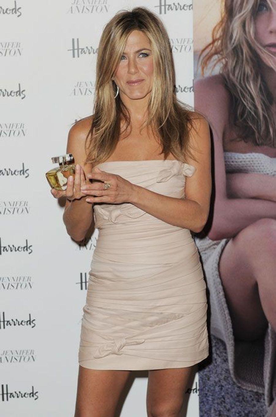 Le 21 juillet 2010, Jennifer Aniston lançait son premier parfum, baptisé Lolavie, à Londres. La précieuse essence sera exclusivement distribuée par l'enseigne Harrods.