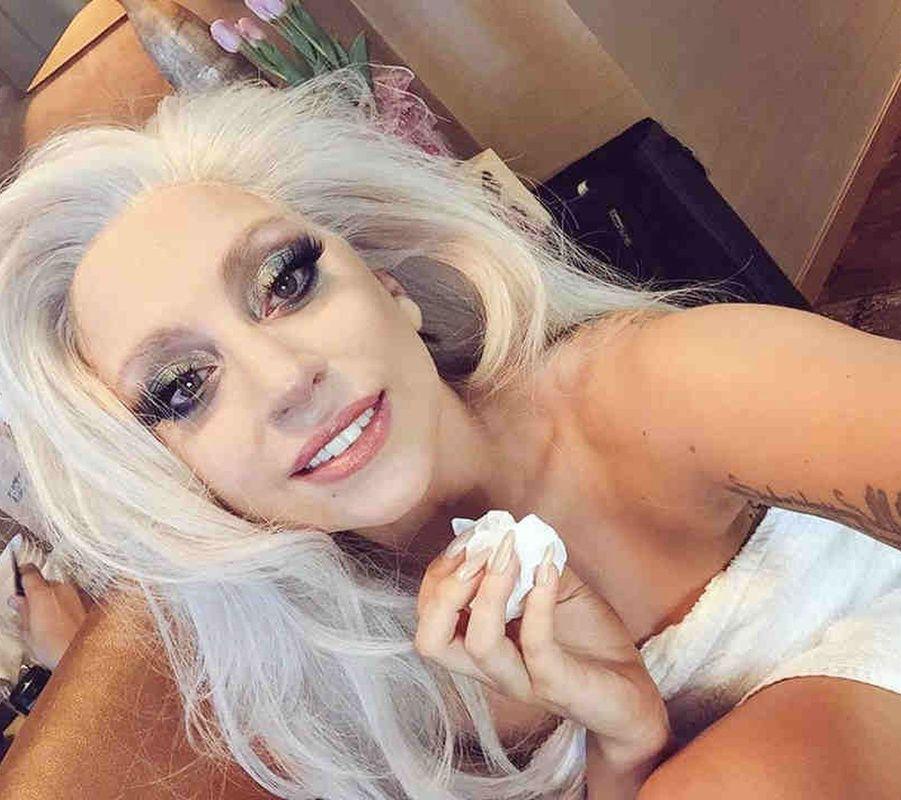 Lady gaga et ses cheveux argentés