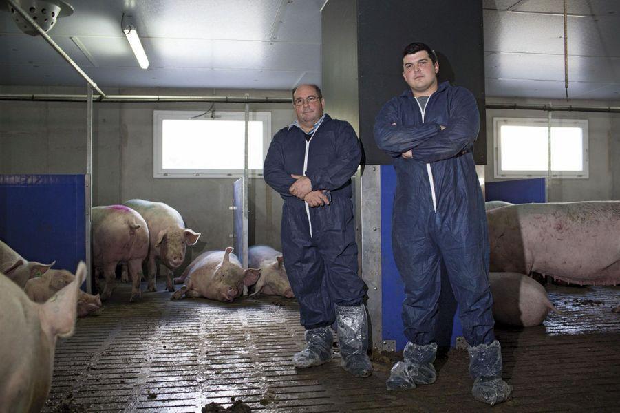 Henri Billon, maire de sa commune, 57 ans, et son fils Olivier, 30 ans, élèvent 950 truies dans le nord du Finistère, à Saint-Thégonnec. Depuis que Gad, situé à 5 kilomètres de chez eux, a fermé, ils transportent leurs bêtes à 150 kilomètres. Un trajet trop long pour le bétail et des coûts de production à la hausse.
