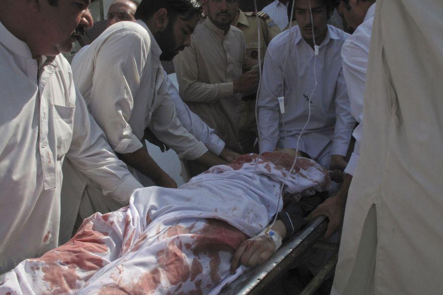 A Mingora, les secours s'occupent de Malala, le 9 octobre 2012