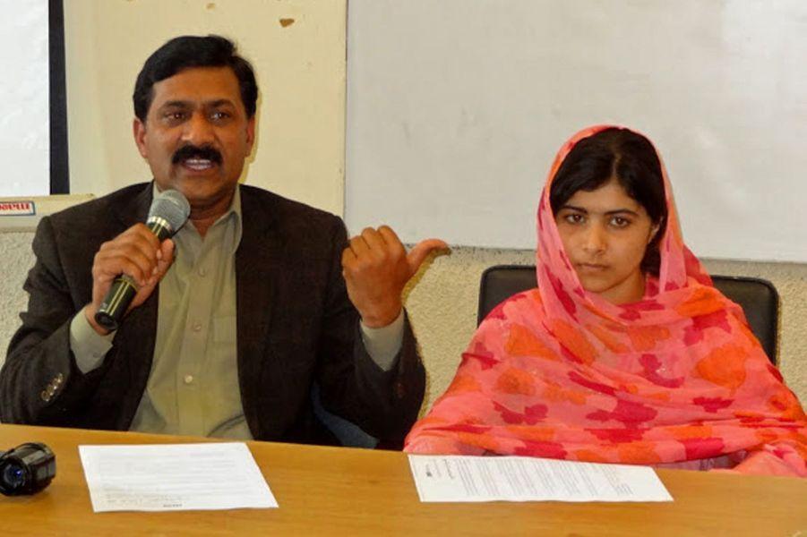 Malala et son père Ziauddin lors d'une conférence à Karachi, le 5 février 2012