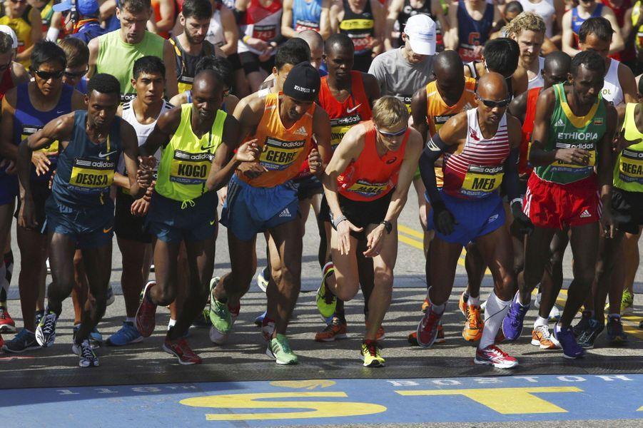 Lundi, 36 000 participants ont pris le départ du marathon de Boston, un an après les attentats. Pour cette édition si particulière, la participation était en forte hausse et les mesures de sécurité drastiques. L'année dernière, le marathon de Boston finissait en bain de sang après l'explosion de deux bombes artisanales près de la ligne d'arrivée qui avait fait trois morts, dont un enfant, et plus de 260 blessés. Lundi, un hommage a été rendu aux victimes de ce double attentat des frères Tsarnaev.