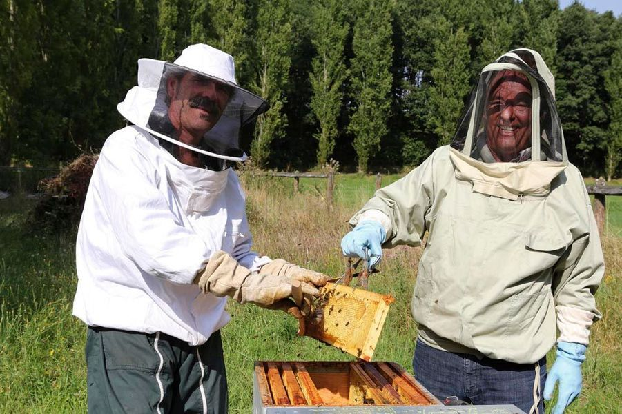 En apiculteur avec Richard Lemoigne, professeur au lycée agricole de Vendôme.