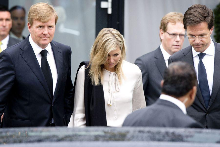 Le roi Willem-Alexander et la reine Maxima des Pays-Bas au côté du premier ministre néerlandais Mark Rutte, sont apparus très marqués