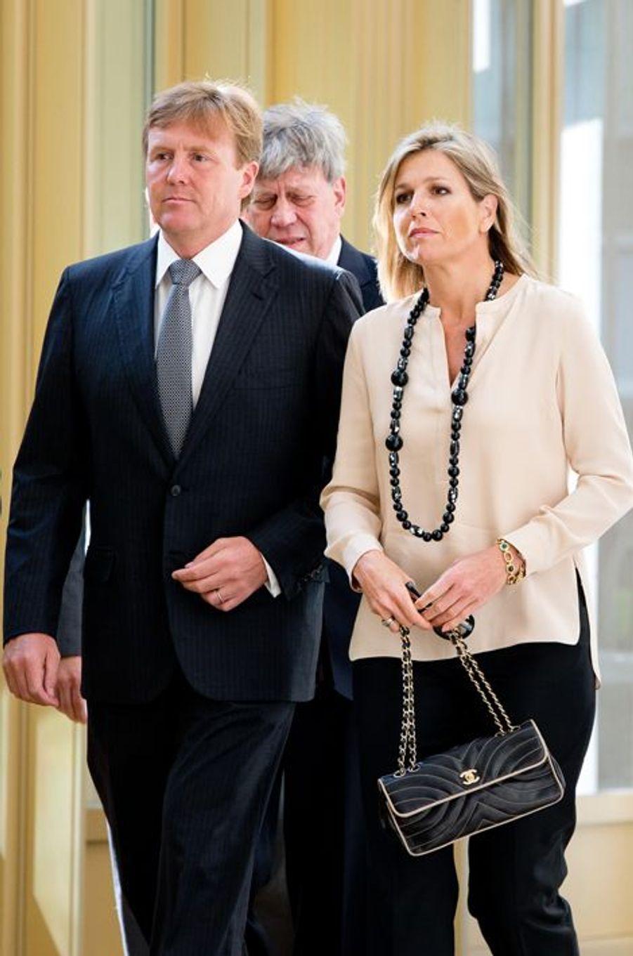 Le roi Willem-Alexander et la reine Maxima signent le livre de condoléances au ministère de la Défense et de la Justice le 18 juillet