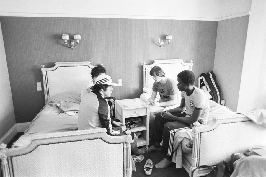 Michel Platini avec Dominique Bathenay et Marius Trésor jouant aux cartes dans leur chambre au Touquet, en France (1978)