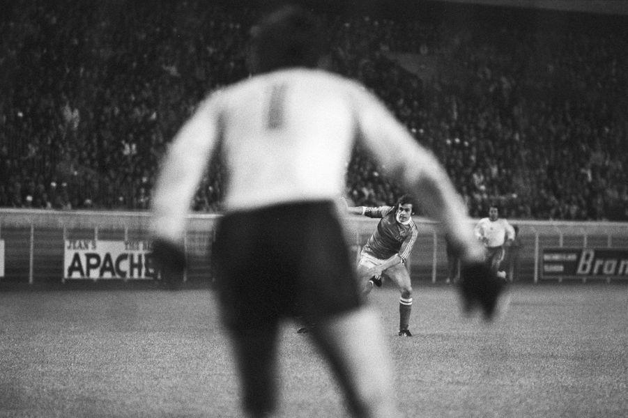 Michel Platini tente un tir face au gardien bulgare, phase éliminatoire de la Coupe du monde (1977)