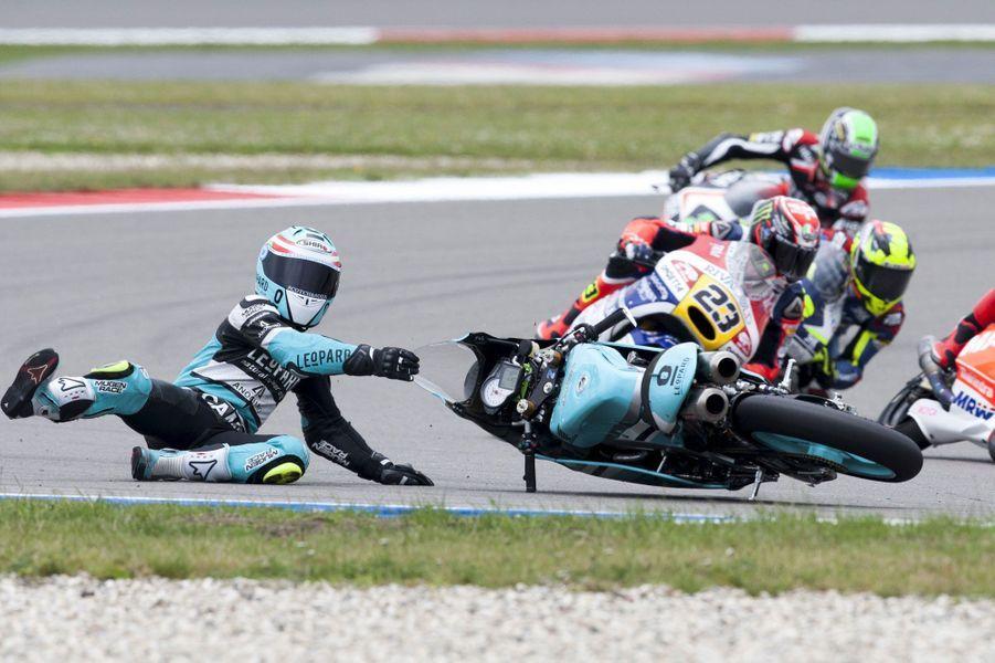 Le pilote espagnol Efren Vazquez chute lors du Grand Prixdes Pays-Bas, sur le circuit d'Assen.