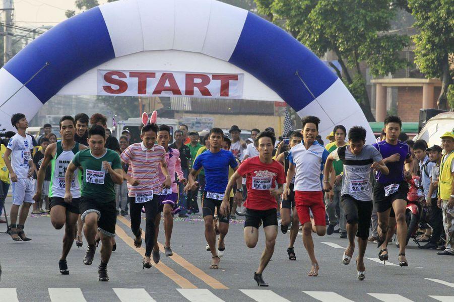Chaussés de talons aiguilles, ces hommes s'élancent pour une course un peu particulière qui a lieu tous les ans àMarikina, aux Philippines. Le parcours est très court et longe une avenue réputée pour ses magasins de chaussures.